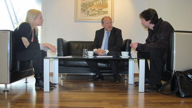 SRF-Redaktorin Martina Brassel sitzt mit Stadtrat Fredy Brunner (Mitte) und SP-Stadtparlamentarier Etrit Hasler (rechts) auf dem schwarzen Ledersofa in den Redaktionsräumen des Regionaljournals.