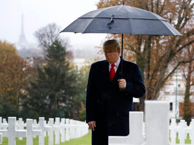 Trump auf Friedhof.