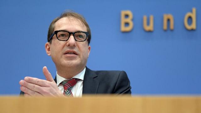 Deutschlands Verkehrsminister Alexander Dobrindt vor den Medien.