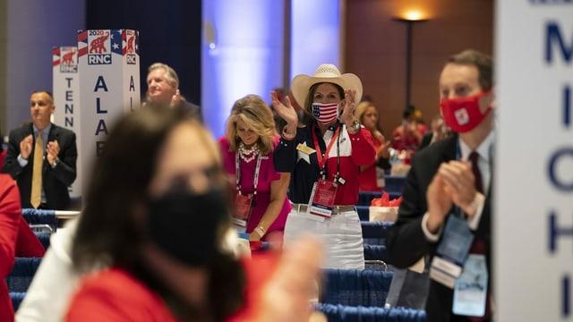 Trumpanhänger klatschen für ihren Präsidenten.