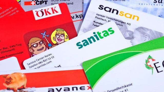 Verschiedene Mitgliederausweise von Krankenkassen wie zum Beispiel Sanitas oder EGK