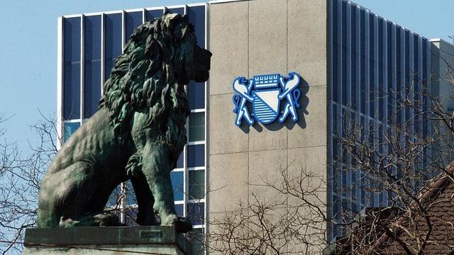 Löwenstatue vor Amtsgebäude mit Zürich-Wappen
