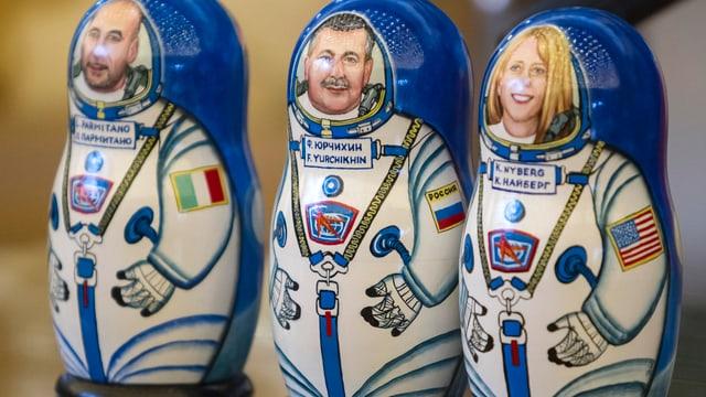 Matrjoschka-Figuren von ISS-Besucher aus Italien, Russland und den USA.