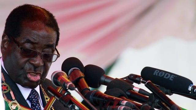 Mugabe bei seiner Rede an die Nation vor zahlreichen Mikrophonen.