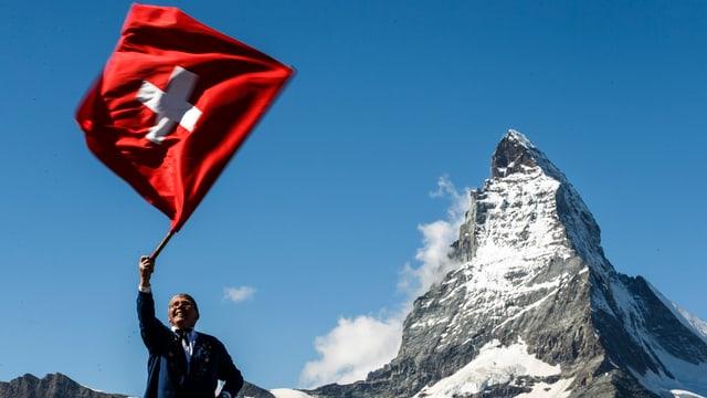 Ein Fahnenschwinger vor dem Matterhorn.