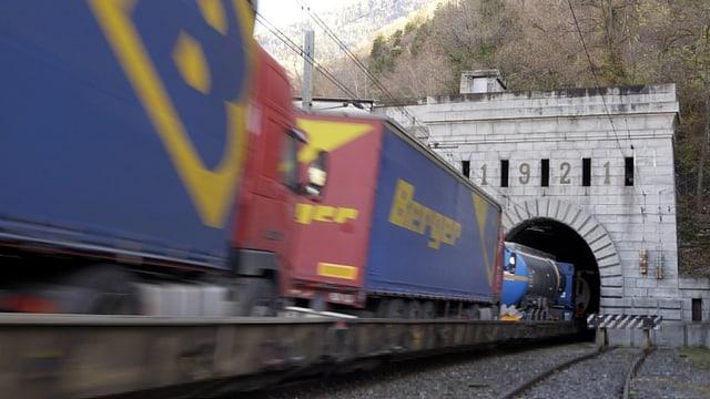 In tren gist avant entrar en in tunnel.