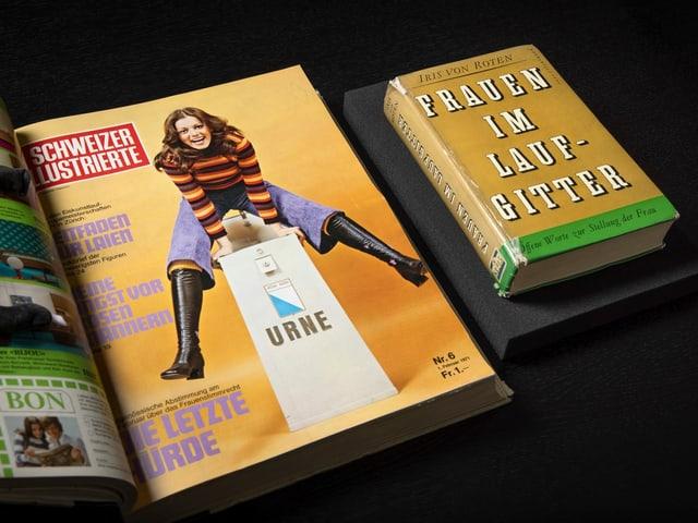 Bild einer Zeitschrift mit einer Frau darauf, die über einen Urnenkasten springt und lacht. Daneben liegt ein Buch.