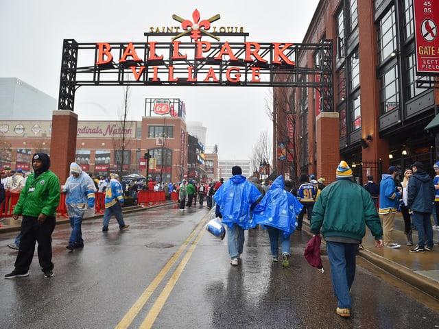Trotz garstigen Wetterbedingungen strömten die Fans in Scharen ins «Busch Stadium» in St. Louis, wo normalerweise Baseball gespielt wird.