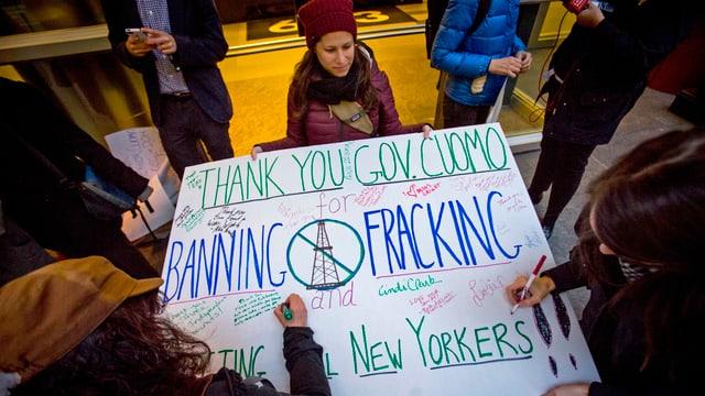 Demonstranten freuen sich über Cuomos Entscheid in New York