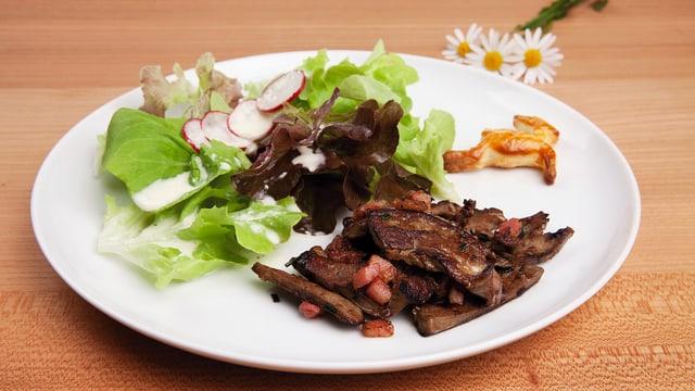 Blattsalat mit Gitzileberli garniert