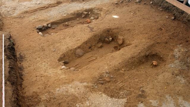 Die freigelegten Gräber sind in einer Reihe angeordnet.