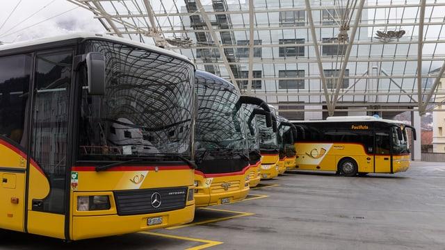 Autos da posta a la staziun da Cuira.