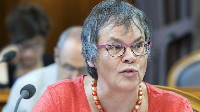 Liliane Maury Pasquier in einem roten Shirt.