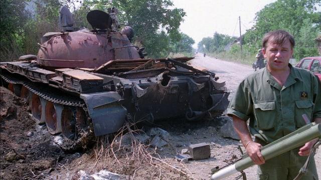 Ein kroatischer Soldat steht neben einem zerstörten serbischen Panzer, aufgenommen am 6. August 1995 60 Kilometer südlich von Zagreb.