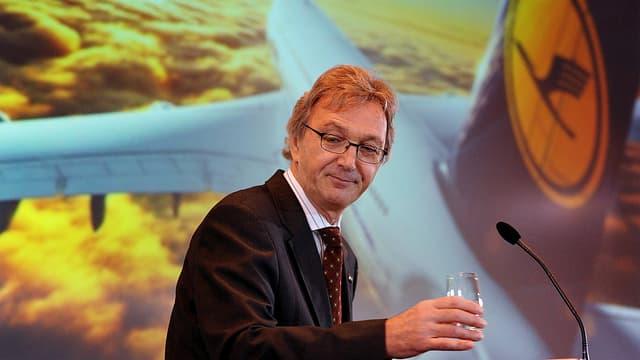 Mayrhuber an Rednerpult. Dahinter Bild von Lufthansa-Maschine.