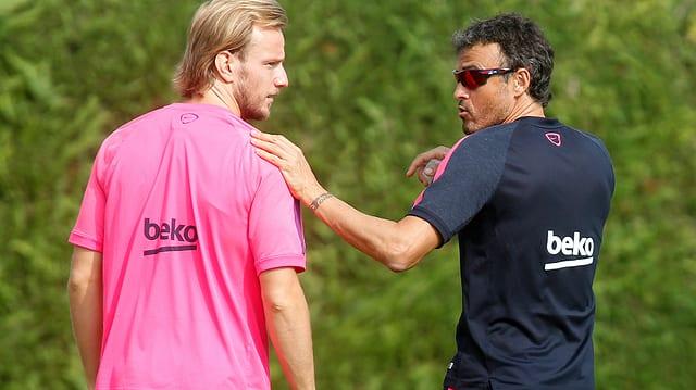 Barcelona-Trainer Luis Enrique instruiert Ivan Rakitic.