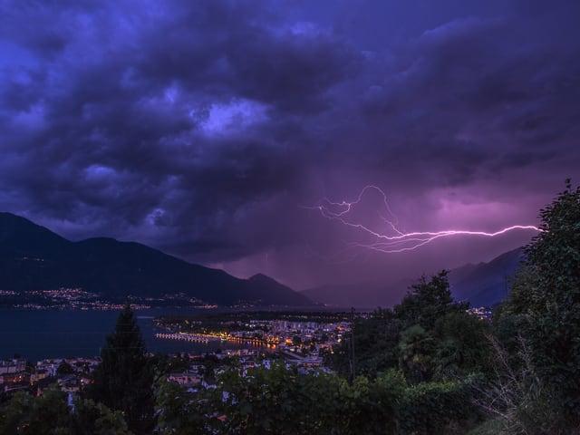 Dunkles Bild, einzig der Blitz erhellt die Umgebung.