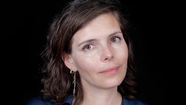 Eine Frau mit schulterlangem, braunem Haar.