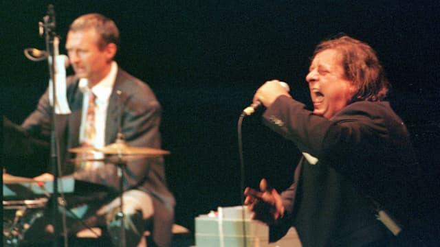 Balts Nill am Schlagzeug und Endo Anaconda 1998 beim Auftritt an der Frankfurter Buchmesse, anlässlich der Schweizer Nacht.