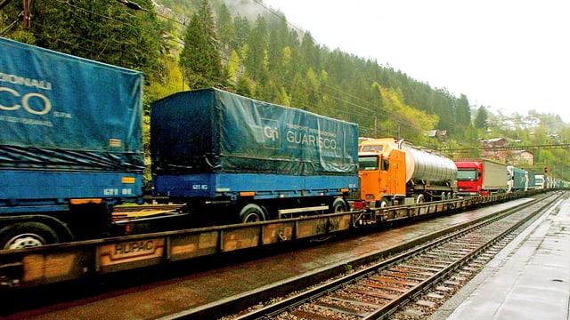 Lastwagen auf der Schiene.