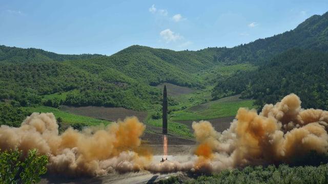 Undatiertes Foto eines Tests der nordkoreanischen Rakete Hwasong-14.