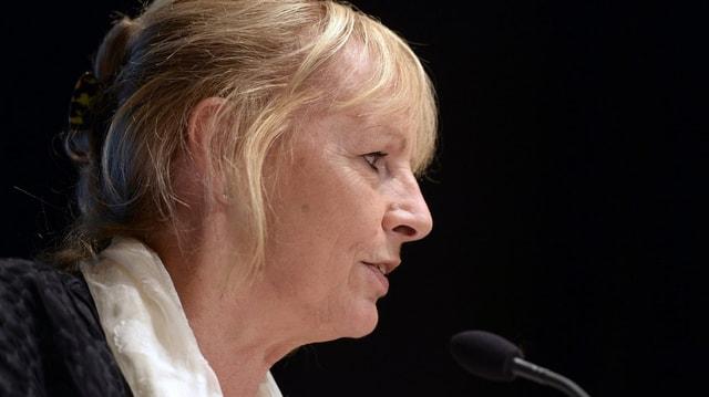Ursula Haller an einer DV am Mikrofon.