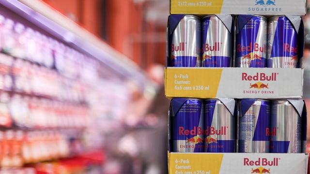 Red-Bull-Büchsen aufeinander gestapelt im Verkauf.
