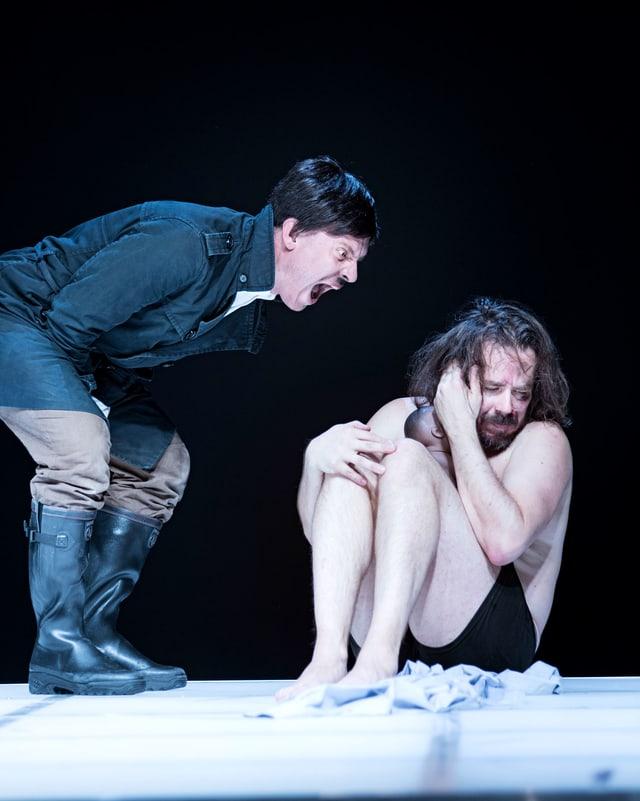 Theaterszene: Ein Mann, der aussieht wie Hitler, schreit einen halbnackten Schauspieler an.