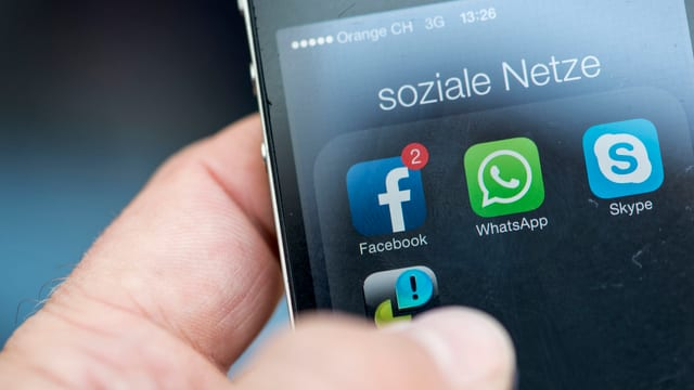 Telefonin cun apps da medias socialas.