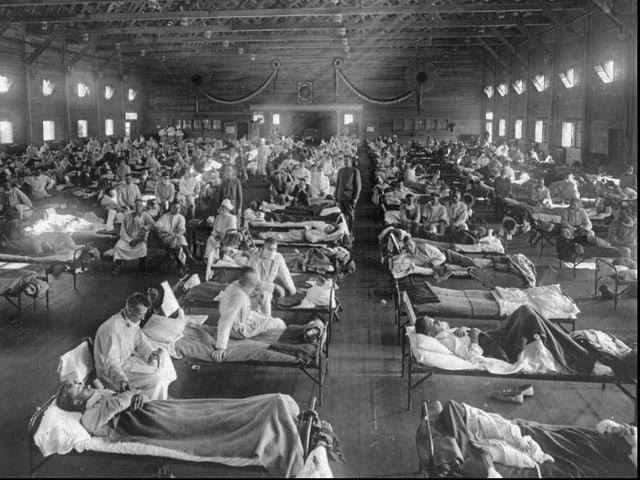 Notspital in der Nähe von Fort Riley (Kansas) für Opfer der Spanischen Grippe 1918.