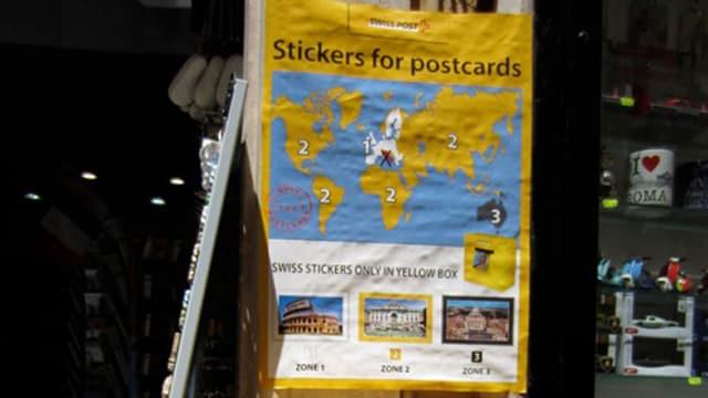 Plakat Schweizer Briefmarken in einem Souvenirladen in Rom.
