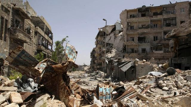 Zerstörte Strasse und Häuser im Bezirk Karm al-Jabal der syrischen Stadt Aleppo.