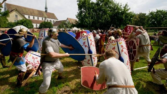 Römer kämpfen in historischen Uniformen gegen ihre Gegner