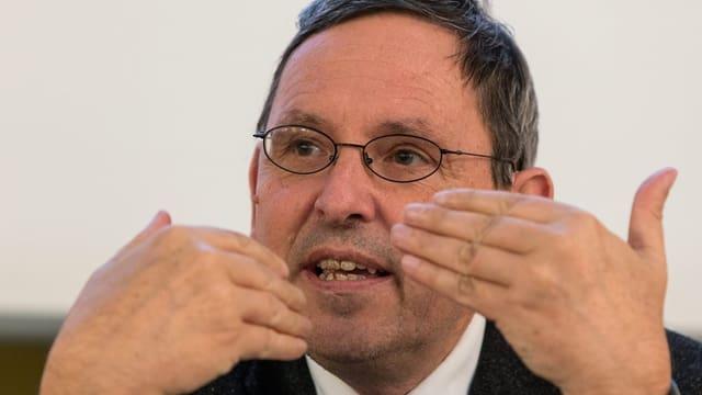 Regierungsrat Martin Jäger gestikuliert mit den Händen