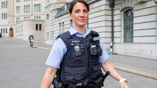 Jüngere Polizistin auf Strasse