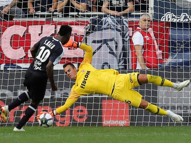 Diego Benaglio hält einen Penalty.