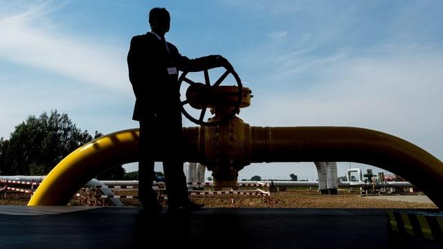 Ein Mann an einer Gasleitung