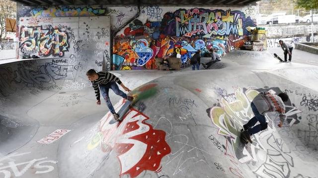 Junge Männer in einem Skatepark in Bern