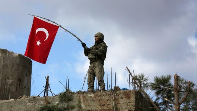 Türkischer Soldat mit Türkei-Flagge.