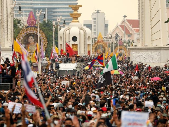 Eine sehr grosse Menschenmenge demonstriert mit Fahnen und Plakaten.