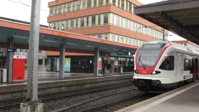 S-Bahn am Bahnhof in Baar