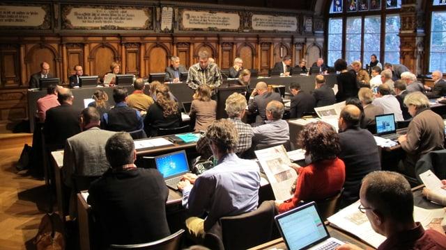 Blick in einen Ratsaal, von hinten die Räte, vorne sitzen Regierungsräte.