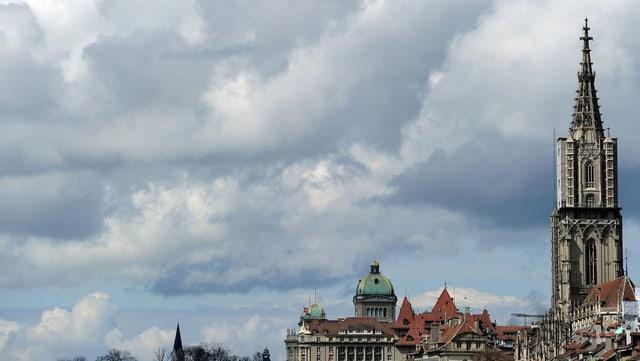 Dunkle Wolken am Himmel. Im Vordergrund Münster und Bundeshaus.