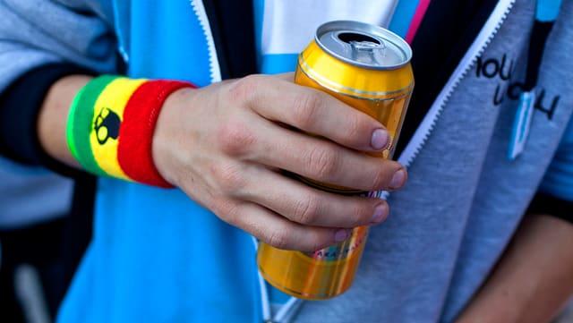Maletg simbolic: Giuvenil cun ina biera enta maun.