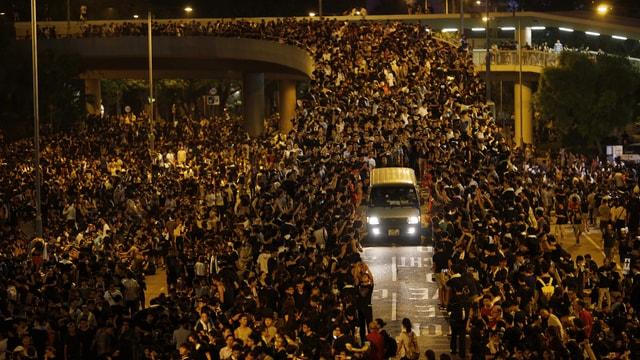 Eine Animation zeigt die immer gleiche Stelle in Hongkong mit Tausenden von Demonstranten.