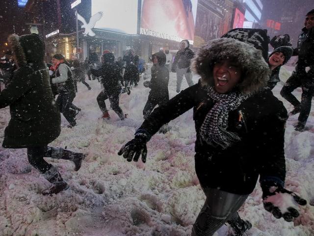Menschen veranstalten eine Schneeballschlacht auf dem Times Square.