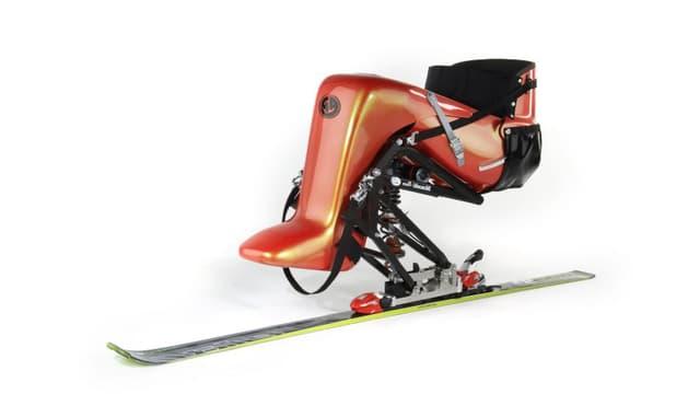 Ein Monoski mit einer Sitzschale.