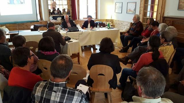 Participants da la radunanza generala da l'UDG a Zuoz sesan en rudè e discutan