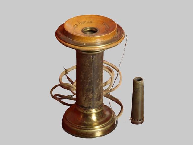 Telefonapparat aus Holz und Metall mit Pfeife.