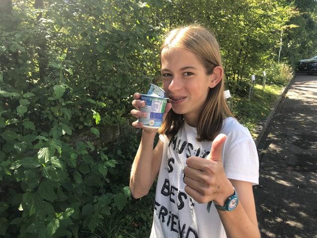 Raffaela schmeckt am Joghurt